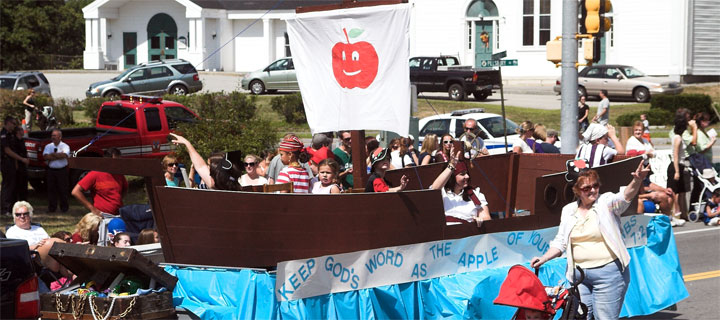 """Londonderry Old Home Day 2010 """"The apple of your eye"""" themed floats in the parade"""